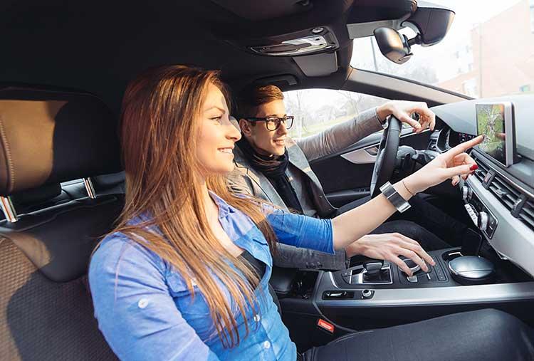 Paar benutzt Navigationsgerät im Auto